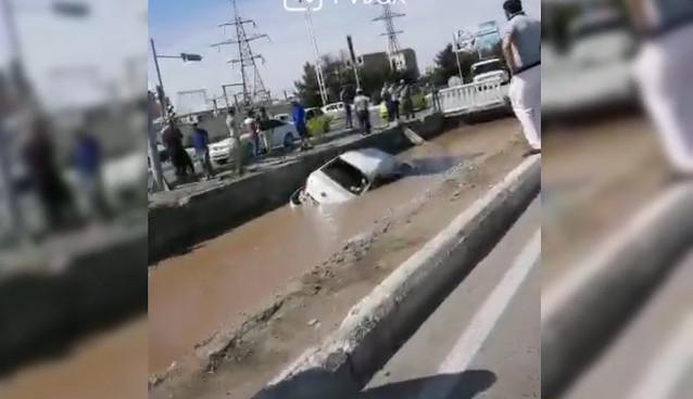 Видео: В Бухаре Cobalt столкнулся с грузовиком и вылетел в канал
