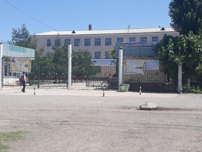 В Андижане семиклассник выпал из окна третьего этажа школы