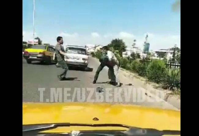 Видео: В Джизаке водитель жестоко избил сотрудника ДПС