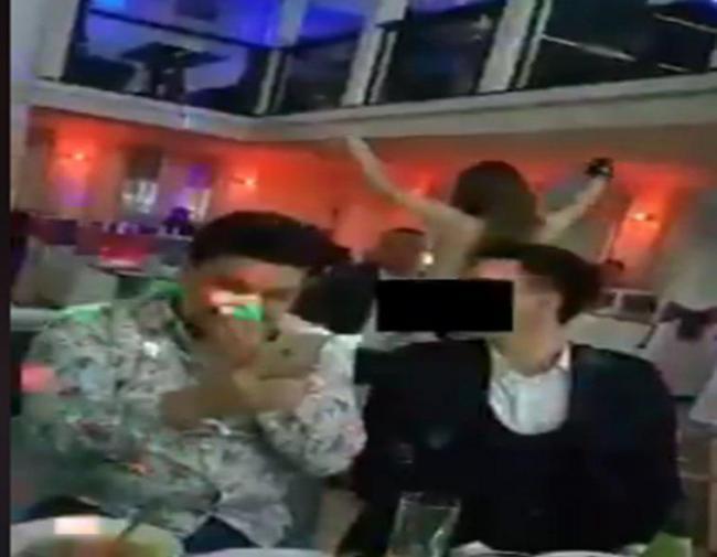 Видео: В Ургенче девушка станцевала стриптиз для посетителей ресторана